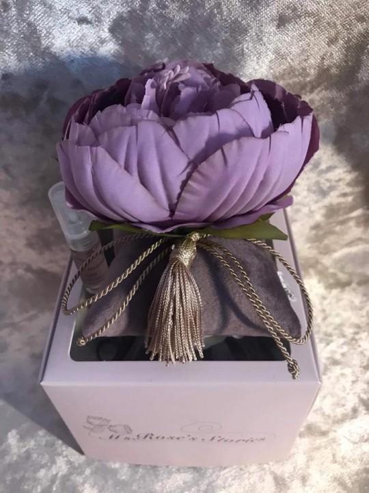 Violetinis bijūnas. Kvepianti dekoracija